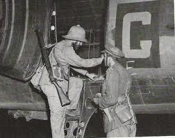 http://piperbayard.files.wordpress.com/2012/03/orde-charles-wingate-getting-into-plane-ww2gravestone-com.jpg